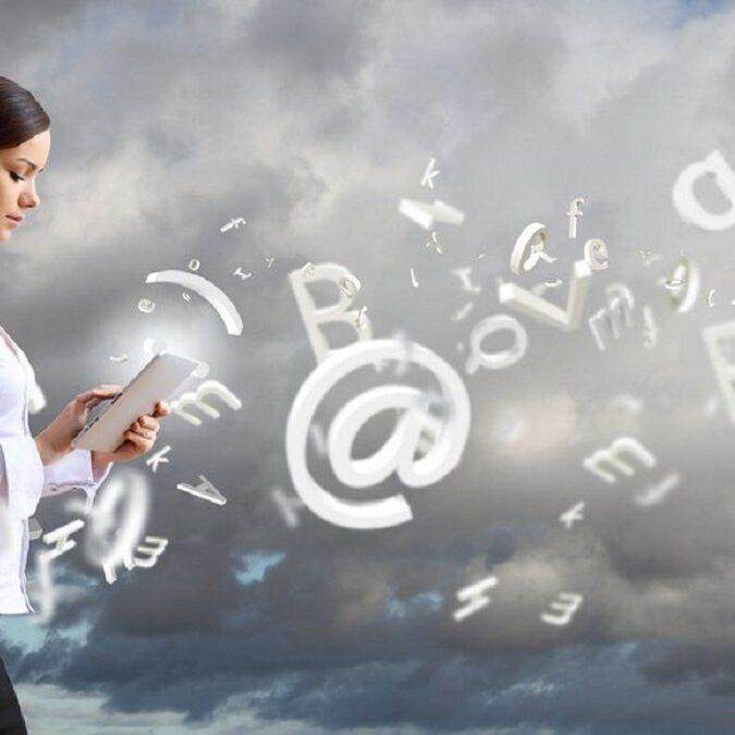 imagen de una mujer desarrollando la competencia tecnológica.