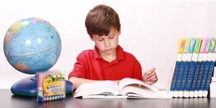 imagen de un niño haciendo deberes.