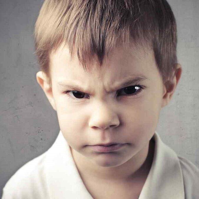 imagen de un niño con dificultades de comportamiento.