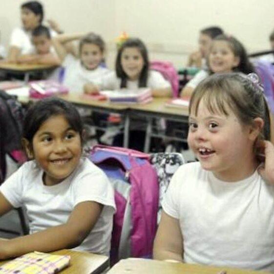imagen de una niña con síndrome de down integrada en una clase.
