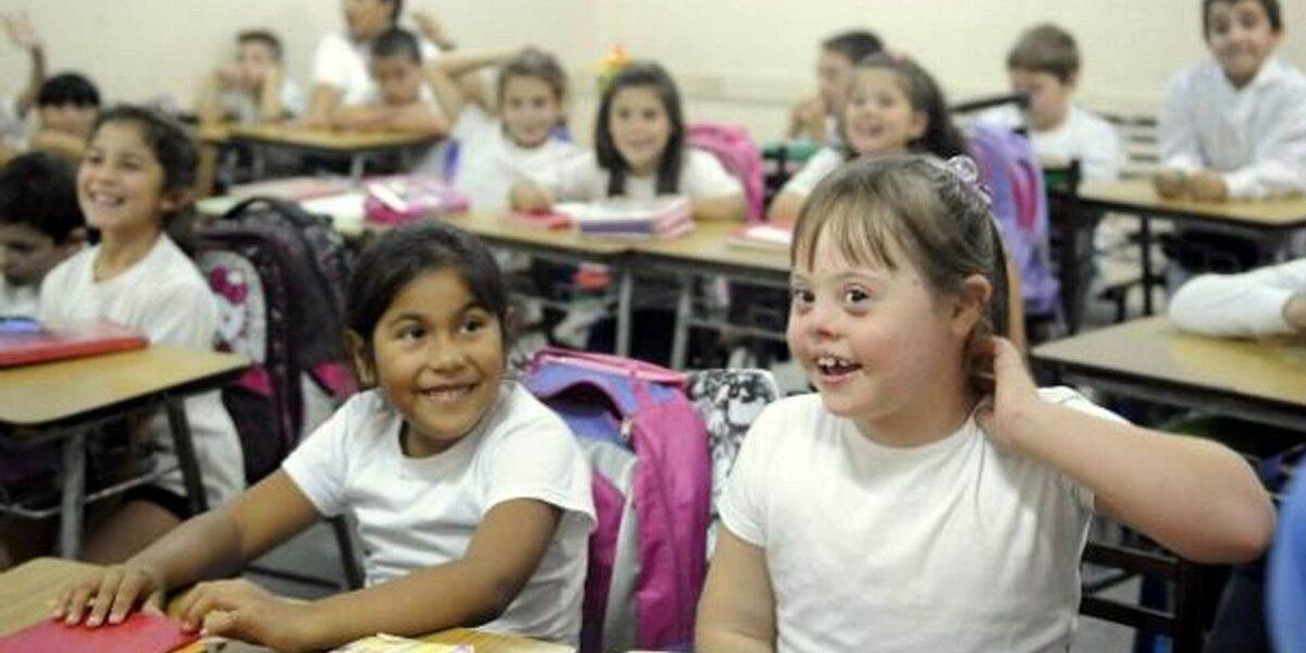imagen de un ejemplo de educación inclusiva: niña con síndrome de down en un aula.