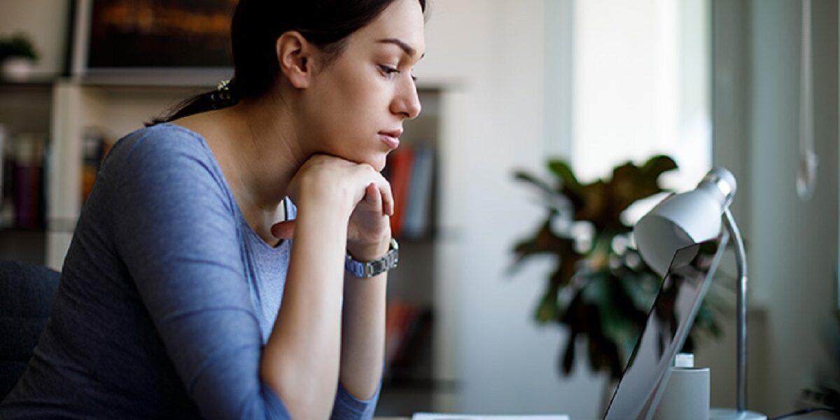 imagen de una estudiante frente a su portátil.