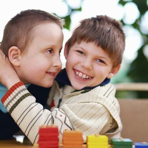 imagen de dos niños con necesidades educativas especiales.