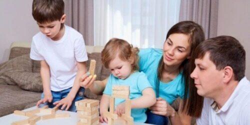 imagen de una familia con sus hijos durante la pandemia de covid-19.
